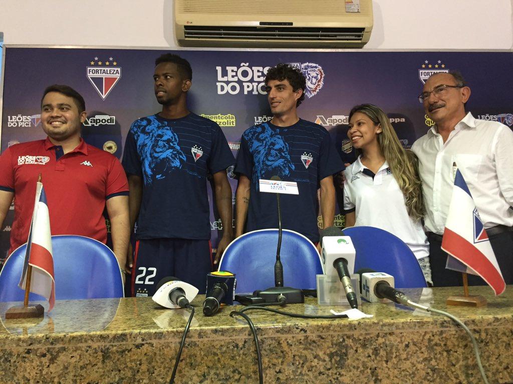 Os jogadores foram apresentados ao lado de sócios-torcedores (FOTO: Divulgação/Fortaleza Esporte Clube)
