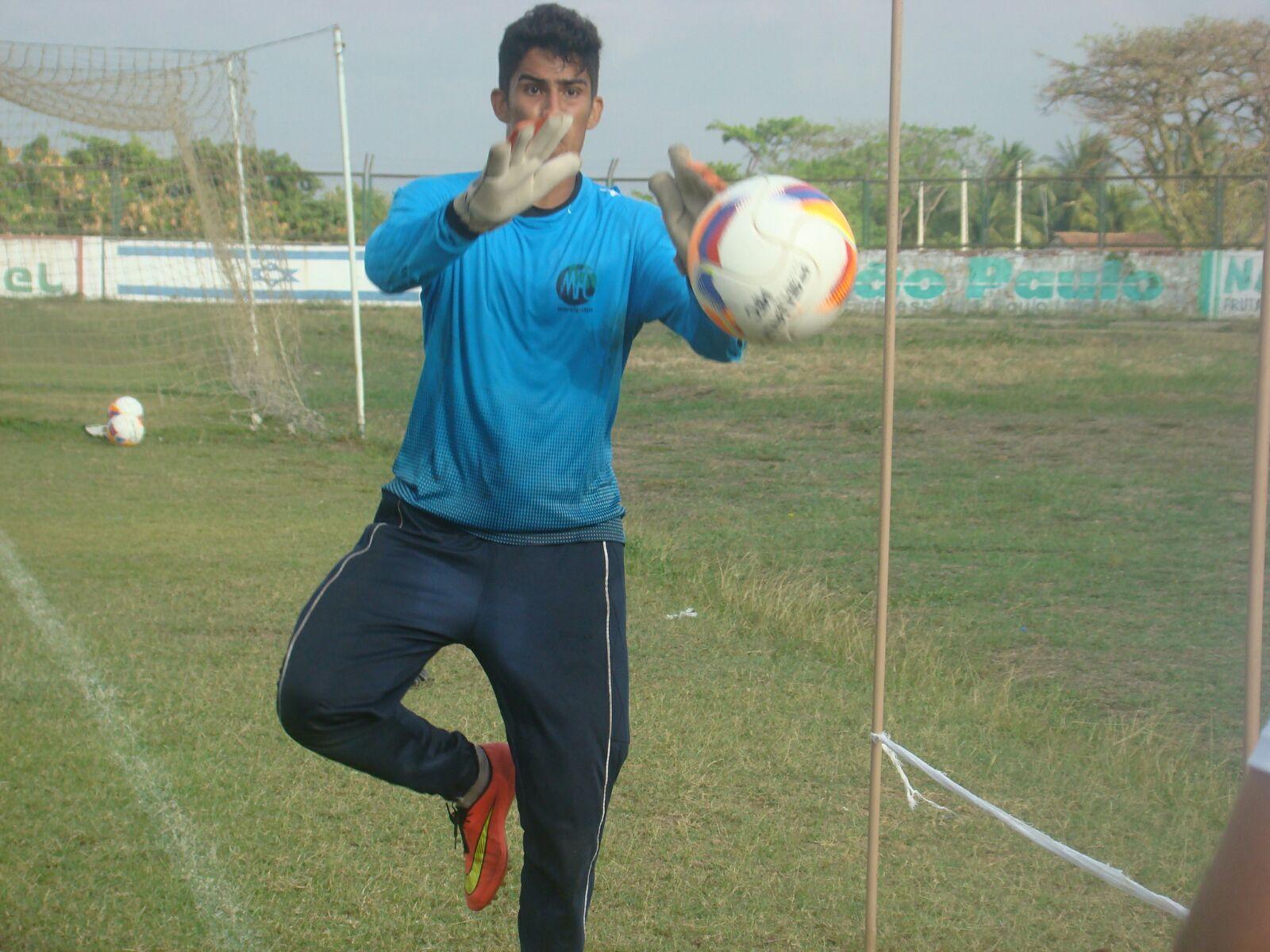 Rodrigo é o terceiro goleiro da equipe maranguapense (FOTO: Tarcísio Ribeiro/Divulgação)