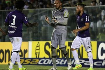 Éverson comemora mais uma defesa realizada (FOTO: Divulgação/cearasc.com)