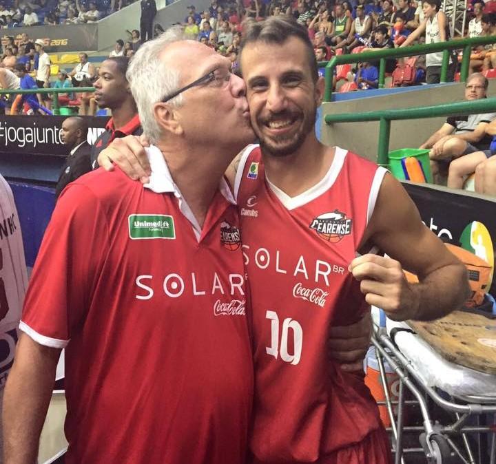 Duda Machado leva beijo do técnico (FOTO: Reprodução/ Facebook)