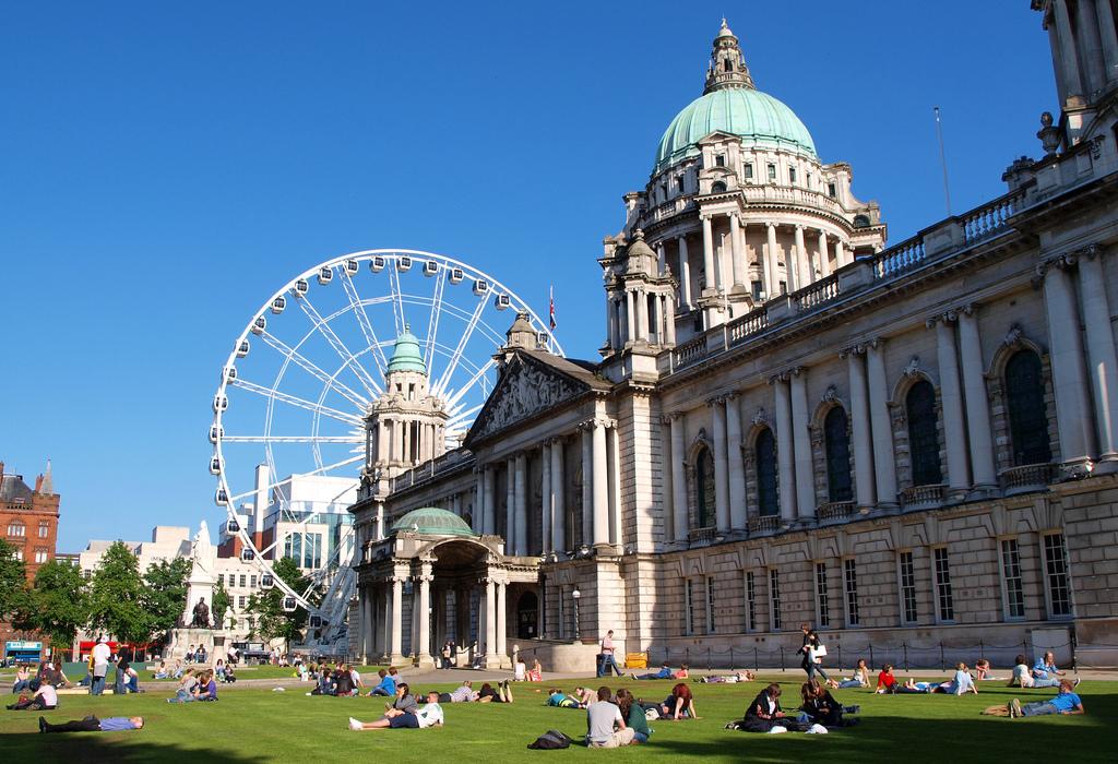 Belfast, Belfástia ou Belfaste é uma cidade do Reino Unido. É a maior cidade e capital da Irlanda do Norte e da província do Ulster, sendo a segunda maior cidade na ilha da Irlanda (FOTO: Reprodução)