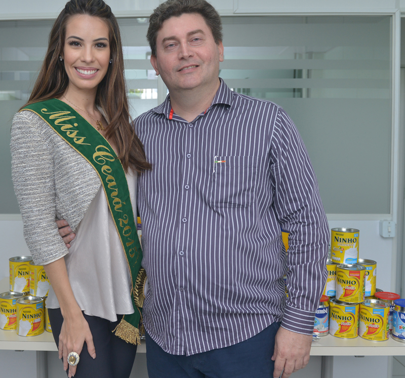Arianne Miranda fez a doação de latas de leites arrecadadas entre amigos e familiares. (FOTO: Divulgação)