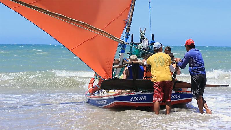 O passeio de jangada é essencial para quem deseja conhecer o litoral cearense por um novo ângulo. (FOTO: Ttibuna do Ceará/ Fernanda Moura)