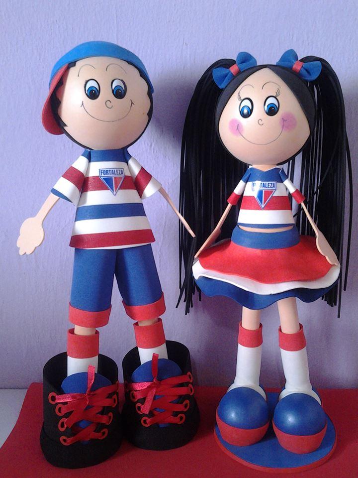 Casal vende bonecos personalizados nos estádios de futebol para ajudar no orçamento