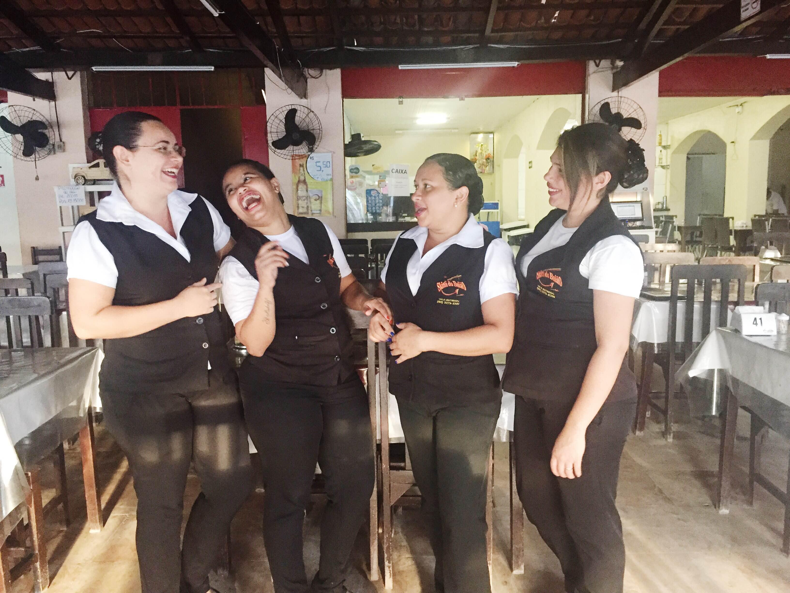 Restaurante de Fortaleza opta por atendimento ao cliente feito somente por mulheres