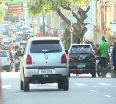 Comerciantes da Praça da Sé são flagrados atrapalhando direito de ir e vir de motoristas e pedestres