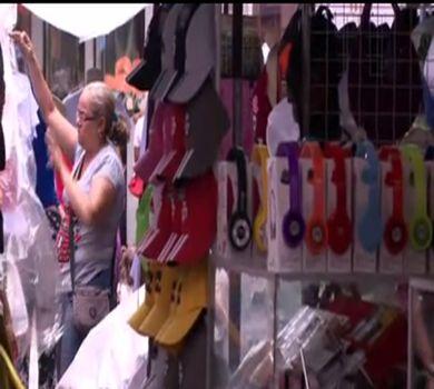 Comércio ambulante é flagrado vendendo produtos piratas em Fortaleza