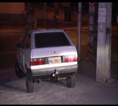 Carro sujo de sangue é abandonado em UPA de Fortaleza