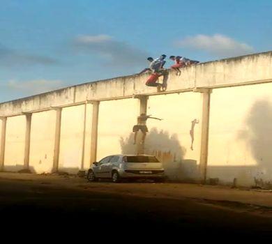 Adolescentes pulam de muralha de centro socioeducativo