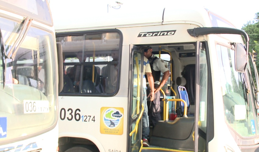 Em assalto a ônibus, policial à paisana reage e atira em adolescente