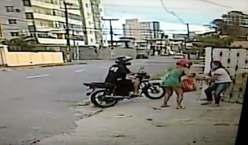 Motoqueiro levou tiro após realizar vários assaltos (FOTO: Reprodução TV Jangadeiro)