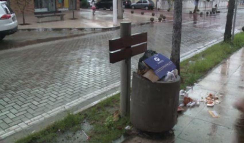 A Cagece realiza desobstruções na rede de esgoto (FOTO: Reprodução TV Jangadeiro)