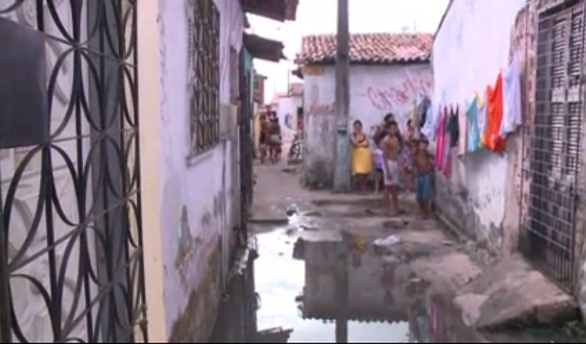 Moradores do Parque Dois Irmãos grava vídeo mostrando a situação do bairro (FOTO: Reprodução TV Jangadeiro)