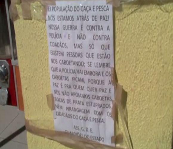 Cartazes assustam moradores do bairro Caça e Pesca (FOTO: Reprodução TV Jangadeiro)