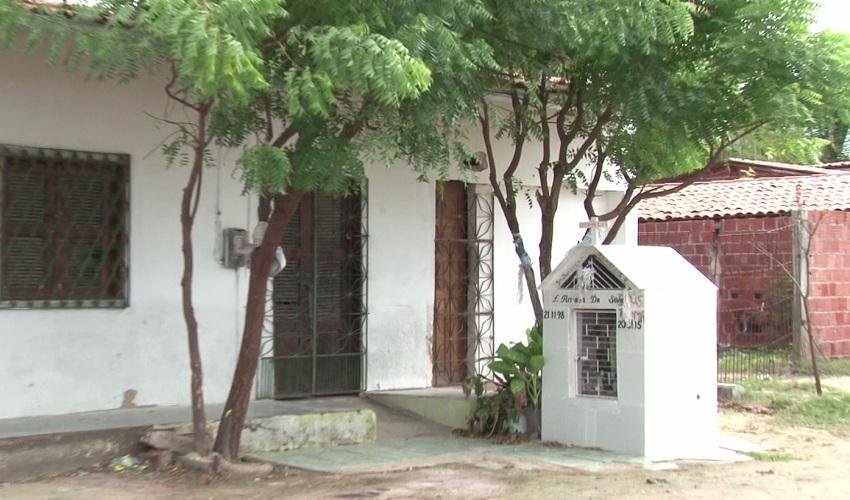 Em morada Nova, túmulo na porta de casa (FOTO: Reprodução TV Jangadeiro)