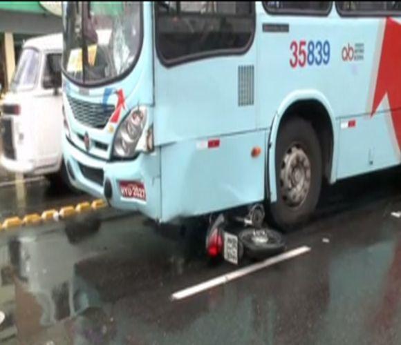 Acidente entre ônibus e uma moto (FOTO: Reprodução TV Jangadeiro)