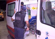 Ele foi escoltado por um PM enquanto era levado para um hospital. (FOTO: reprodução/ Barra Pesada)