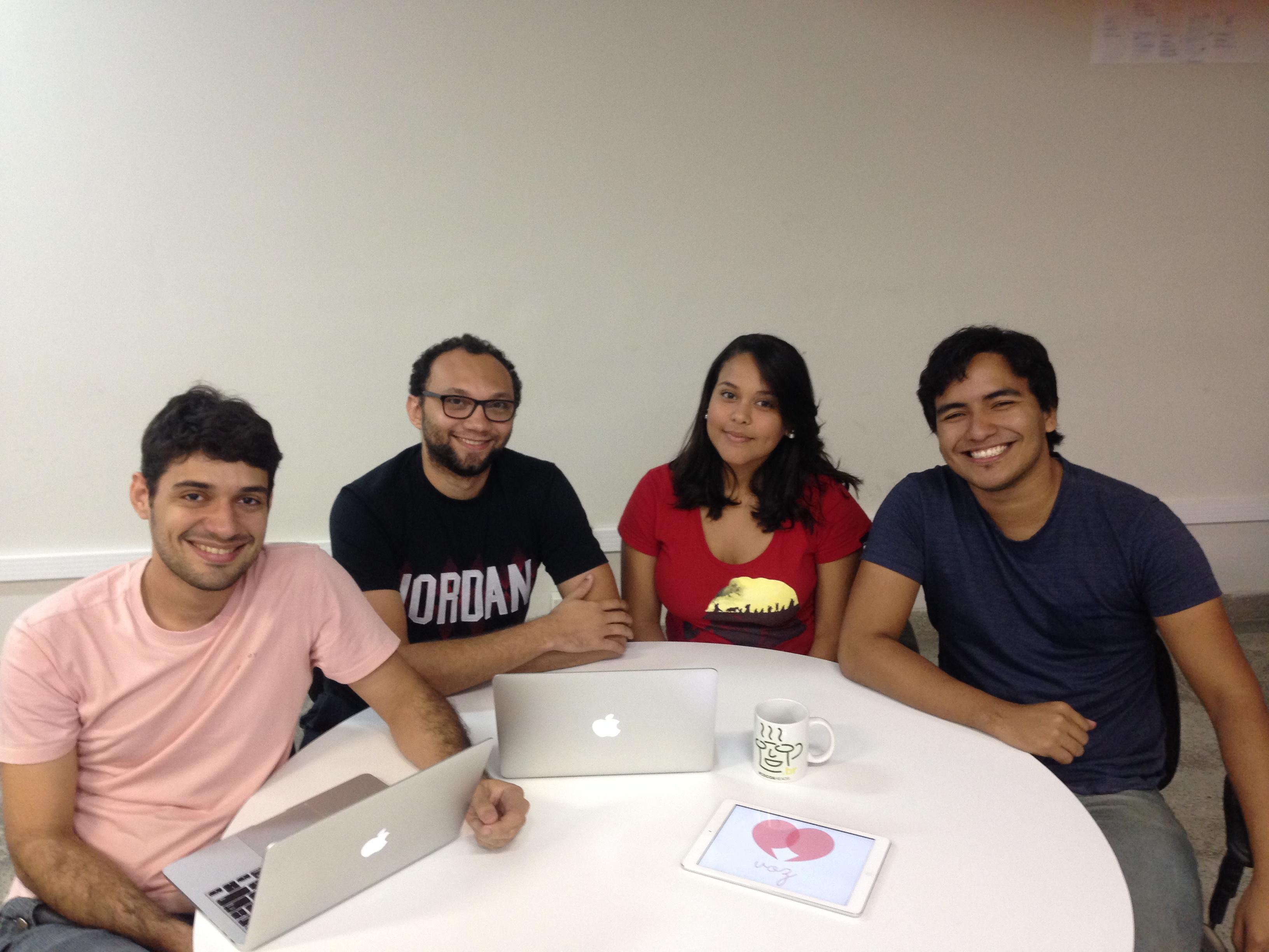 Grupo que criou o aplicativo: Elton Nobre, Bruno Roberto, Karina Paula e Wendel Jardel Damião. (FOTO: Arquivo pessoal)