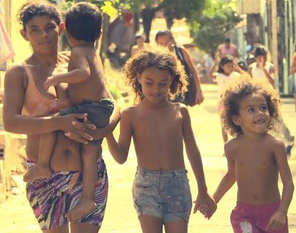 Meirinha (à esquerda) agora já tem cinco filhos (FOTO: Reprodução/TV Jangadeiro)