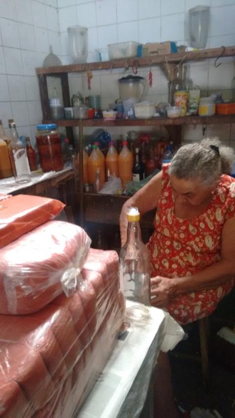 Leó produz os molhos, que são vendidos até para franceses, suíços e argentinos (FOTO: Hayanne Narlla/ Tribuna do Ceará)