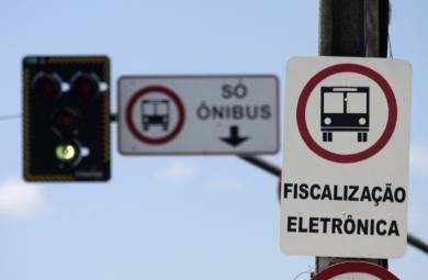 Os motoristas que invadirem as faixas exclusivas para ônibus serão autuados por infração gravíssima e podem ter o veículo apreendido. (FOTO: Prefeitura de Fortaleza/Divulgação)