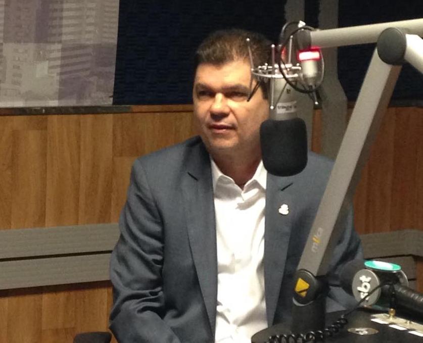 Secretário da Fazenda, Mauro Filho, esteve no estúdio da Tribuna BandNews FM e conversou sobre o programa de negociação de dívidas (FOTO: Roberta Tavares/Tribuna do Ceará)
