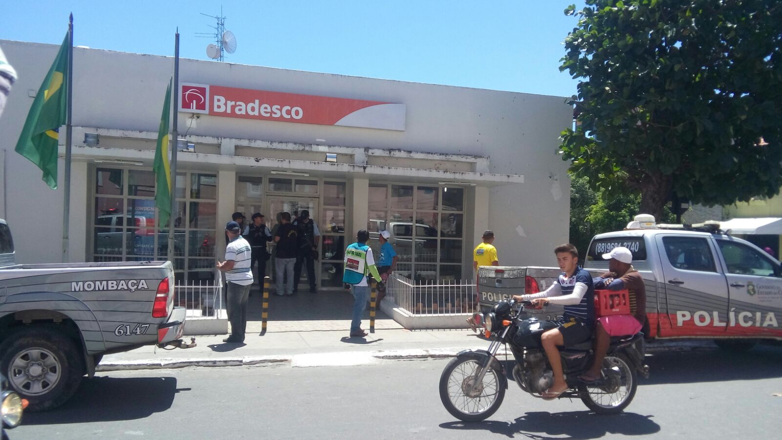 Dois vigilantes e um gerente que estavam entrando no local para iniciar expediente foram rendidos (Foto: Whatsapp/Tribuna do Ceará)