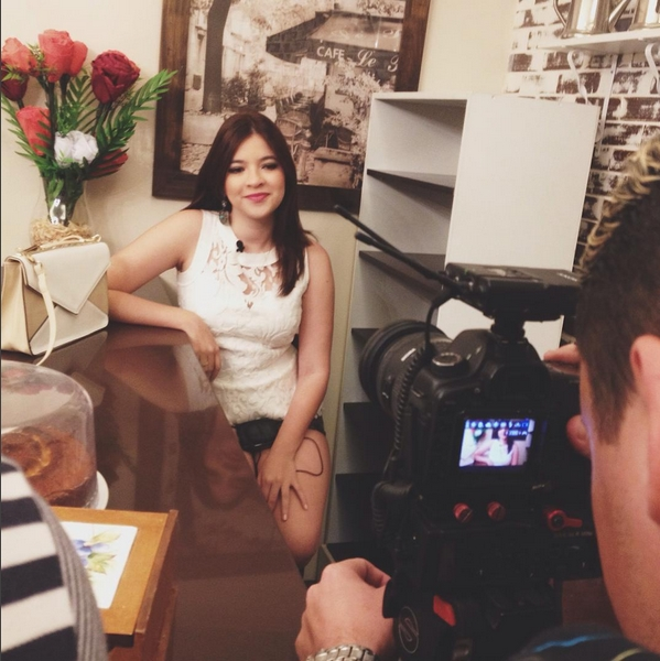 Blogueiras assumem espaços de celebridades, como influência de consumo. Na foto, Ellen do Nuwem grava entrevista (FOTO: Reprodução Instagram)