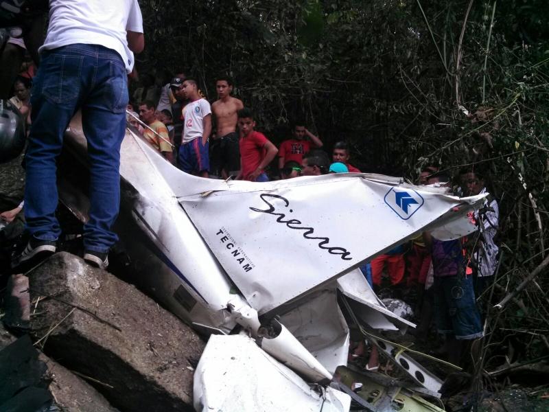 Moradores se aglomeraram no local do acidente (FOTO: Genedito Freire)
