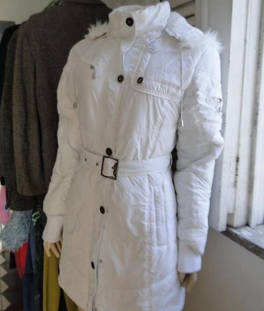 A procura por roupas de frio é recorrente porque as cliente querem economizar e levar dinheiro para a viagem. (FOTO: Brechó Reinvenção)