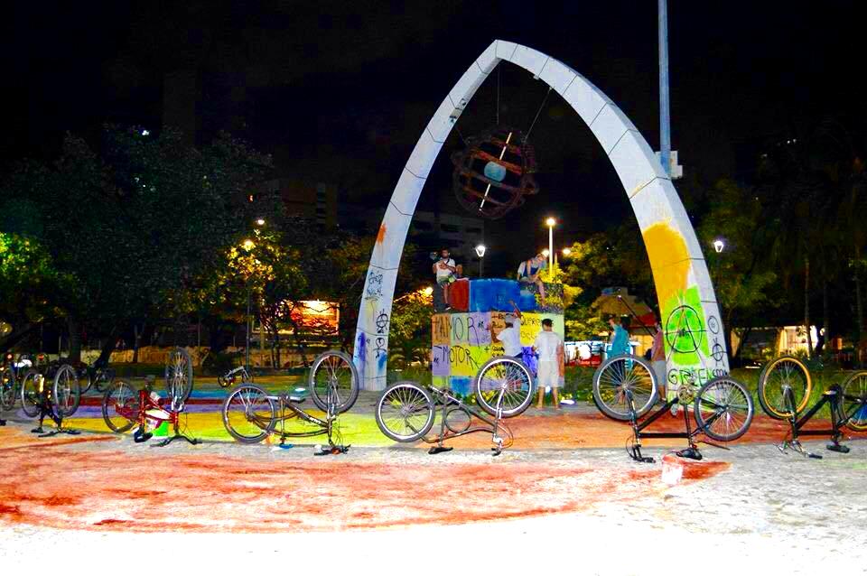 A faixa de pedestre, a calçada e o arco localizado no meio da praça foram pintados pelo grupo (FOTO: Massa Crítica Fortaleza)