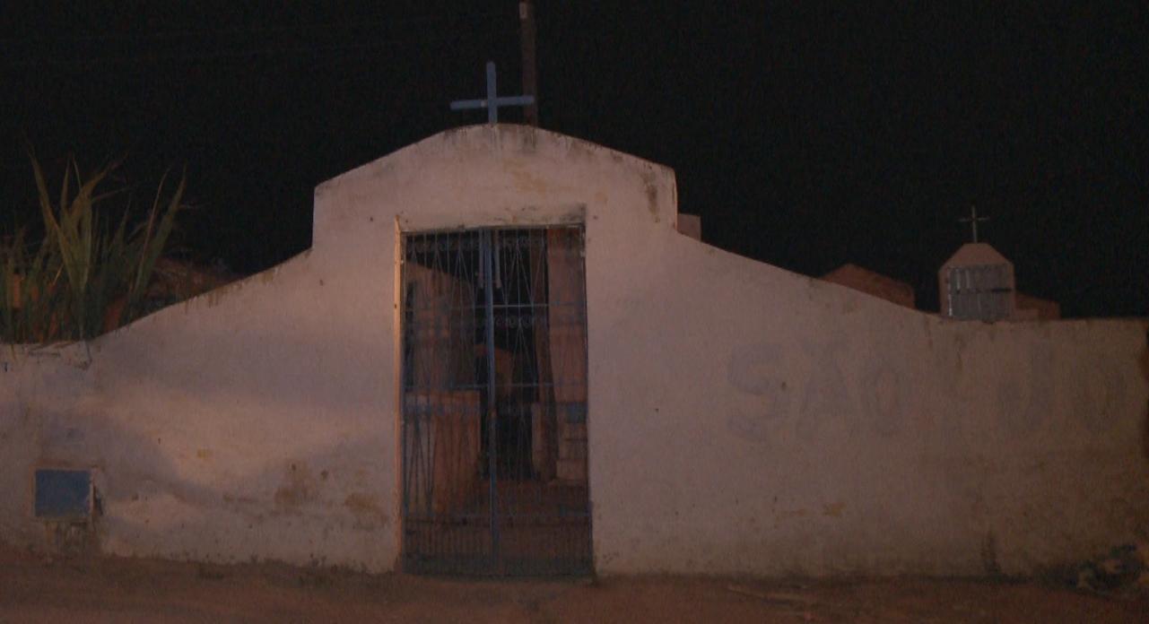 Corpo estava enterrado no cemitério de São Joaquim, em Umirim (FOTO: Reprodução/TV Jangadeiro)