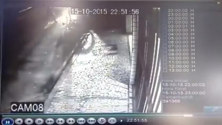Em vídeo divulgado pela página do Massa Crítica, câmera de segurança flagra o momento da agressão. (FOTO: Reprodução)