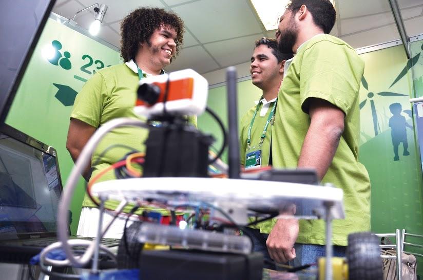 Trio de estudantes de Cedro criou três robôs que se locomovem através do som (FOTO: Bruno Leonardo)