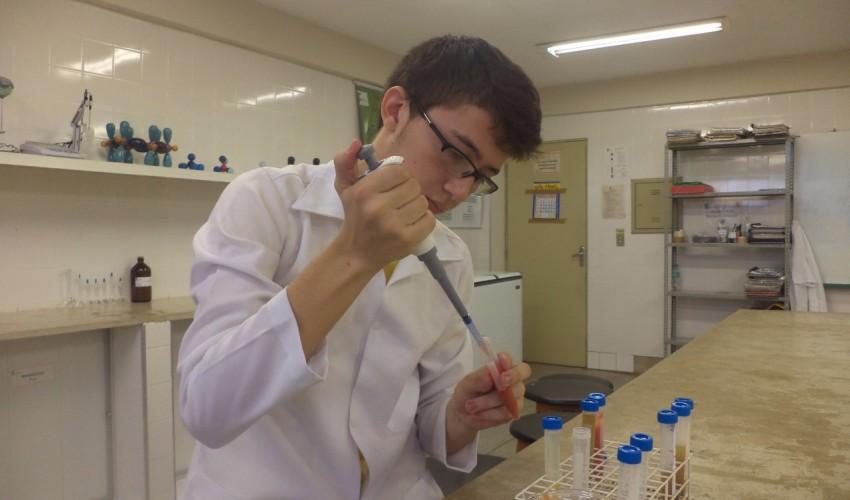 Estudante de Limoeiro do Norte tem apenas 19 anos e já acumula medalhas em feiras de ciências (Foto: Reprodução / Facebook)