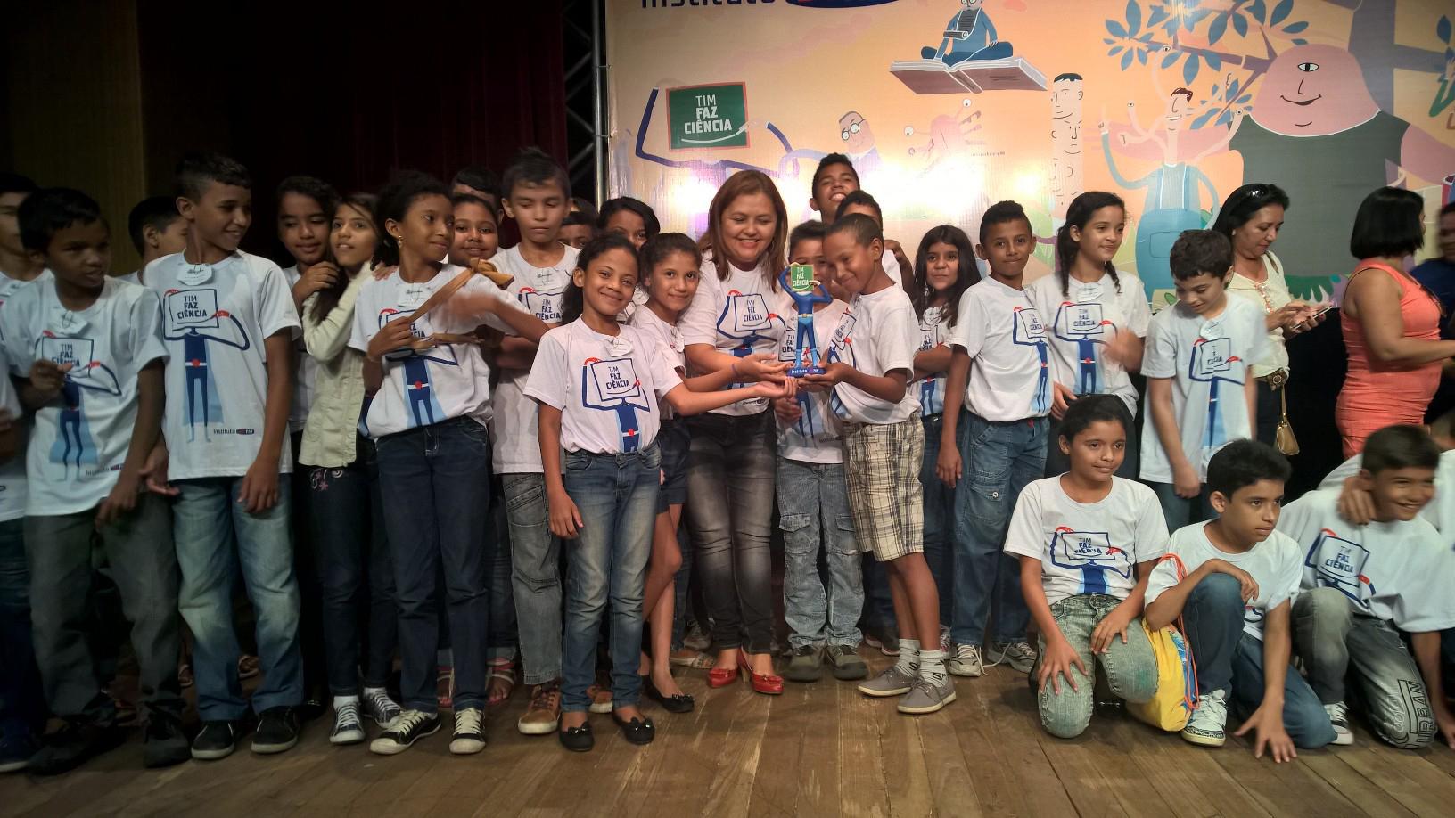 Professor Nilza Cunha comemora premiação com alunos (FOTO: Divulgação)
