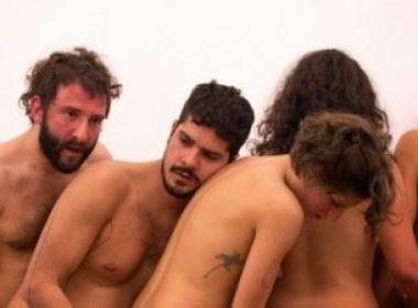 Nas apresentações, os nove artistas, completamente nus, exploram o orifício anal uns dos outros. (FOTO: Reprodução/ Macaquinhos)
