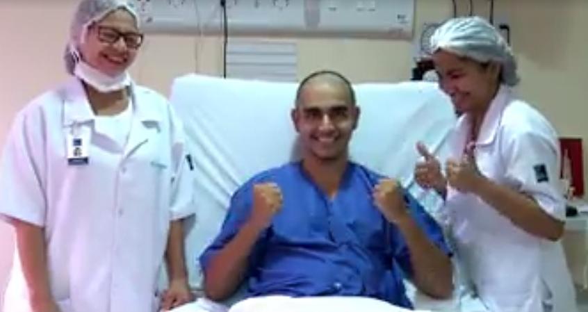 Marcos Paulo, de 22 anos, recebe força de amigos e familiares após ser diagnosticado com leucemia (FOTO: Reprodução/Facebook)