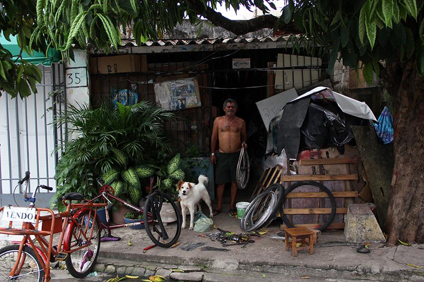 Daniel Barros possui mais de cinco mil peças de bicicletas em seu galpão (FOTO: Fernanda Moura / Tribuna do Ceará)
