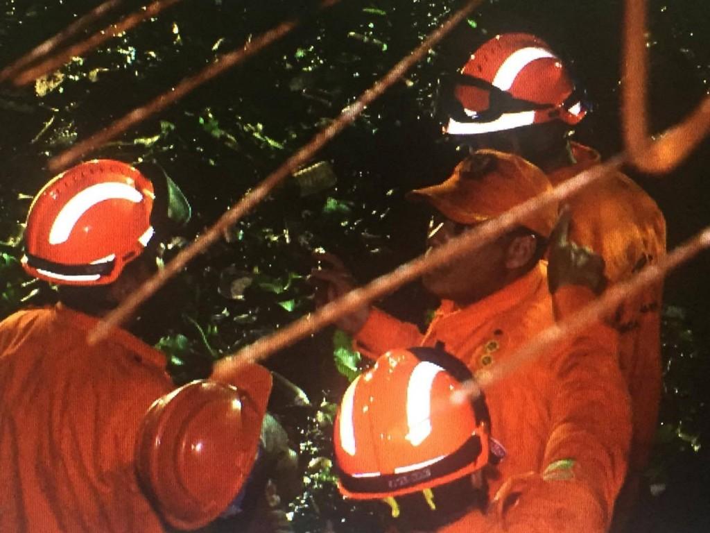 Os bombeiros aguardam a chegada de um caminhão Munk para dar continuidade às buscas. (FOTO: Reprodução/TV Jangadeiro)