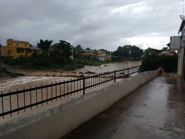 A chuva surpreendeu os moradores de Canindé (FOTO: Reprodução/WhatsApp)