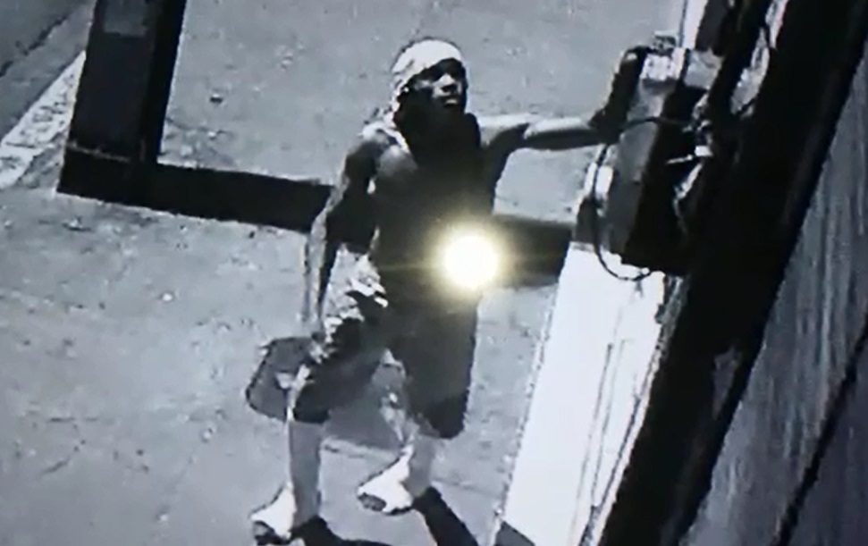 Homem mesmo com dificuldades furta câmera de segurança (FOTO: Reprodução)
