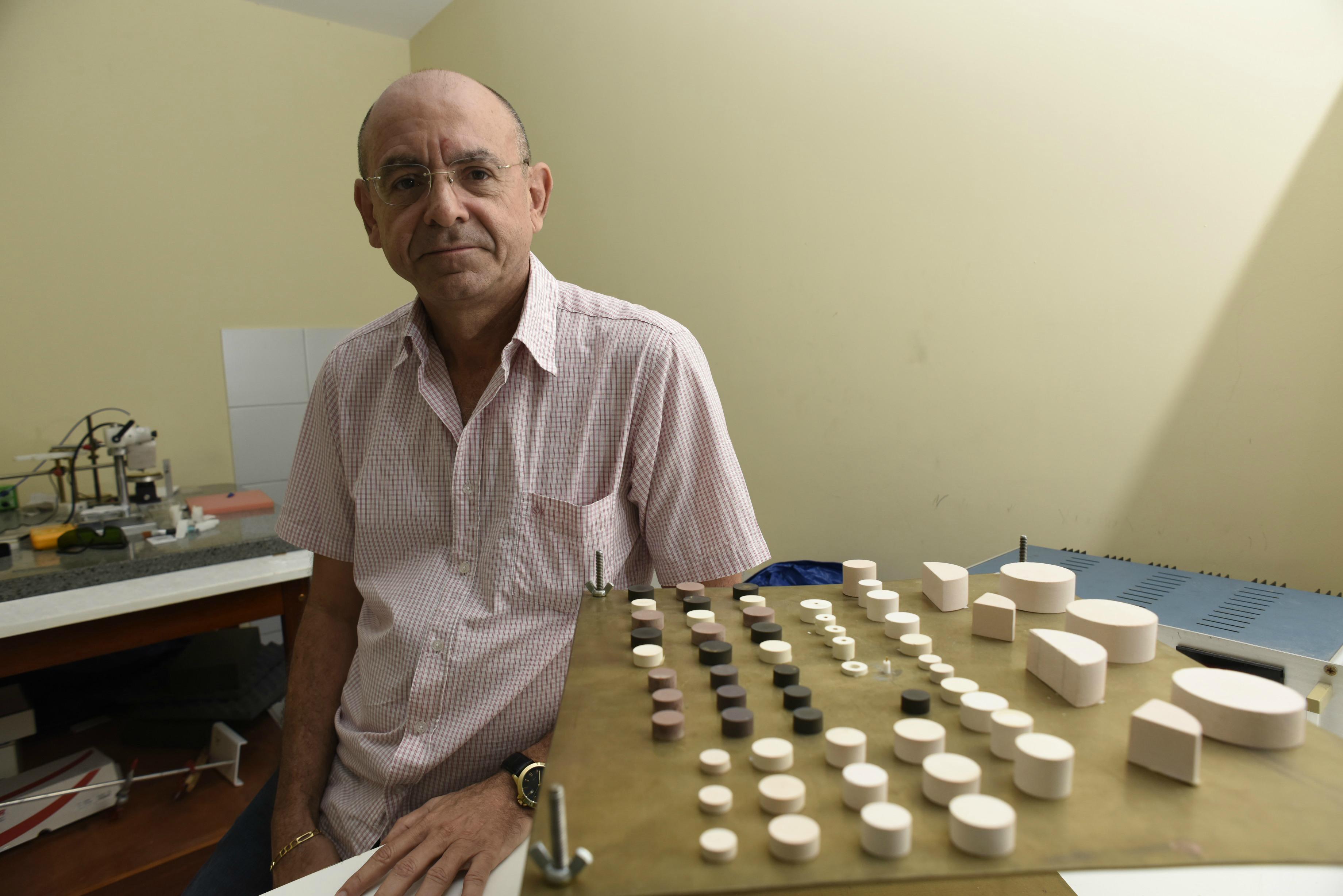 Professor Sérgio Sombra com protótipos de ressoadores dielétricos feitos com cerâmica (Foto: Jr. Panela)