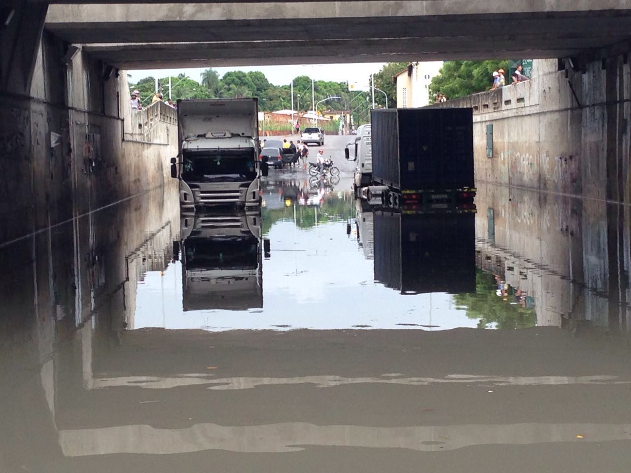 Devido a chuva, carros ficaram submersos. (FOTO: Danielle Campos)