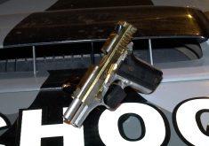 Pistola foi apreendida pela Polícia Militar (FOTO: Reprodução/TV Jangadeiro)