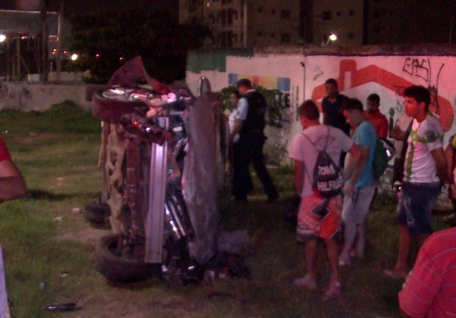 Carro de modelo Corola possuía placa da cidade de Belo Horizonte (MG) e supostamente seria motorista do Uber (FOTO: Reprodução TV Jangadeiro)