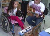 Sandrini ganha cadeira de rodas (FOTO: Reprodução TV Jangadeiro)