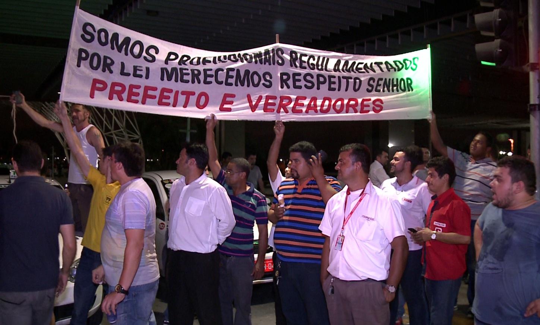 Taxistas bloquearam entradas do Aeroporto de Fortaleza em protesto (FOTO: Reprodução/TV Jangadeiro)