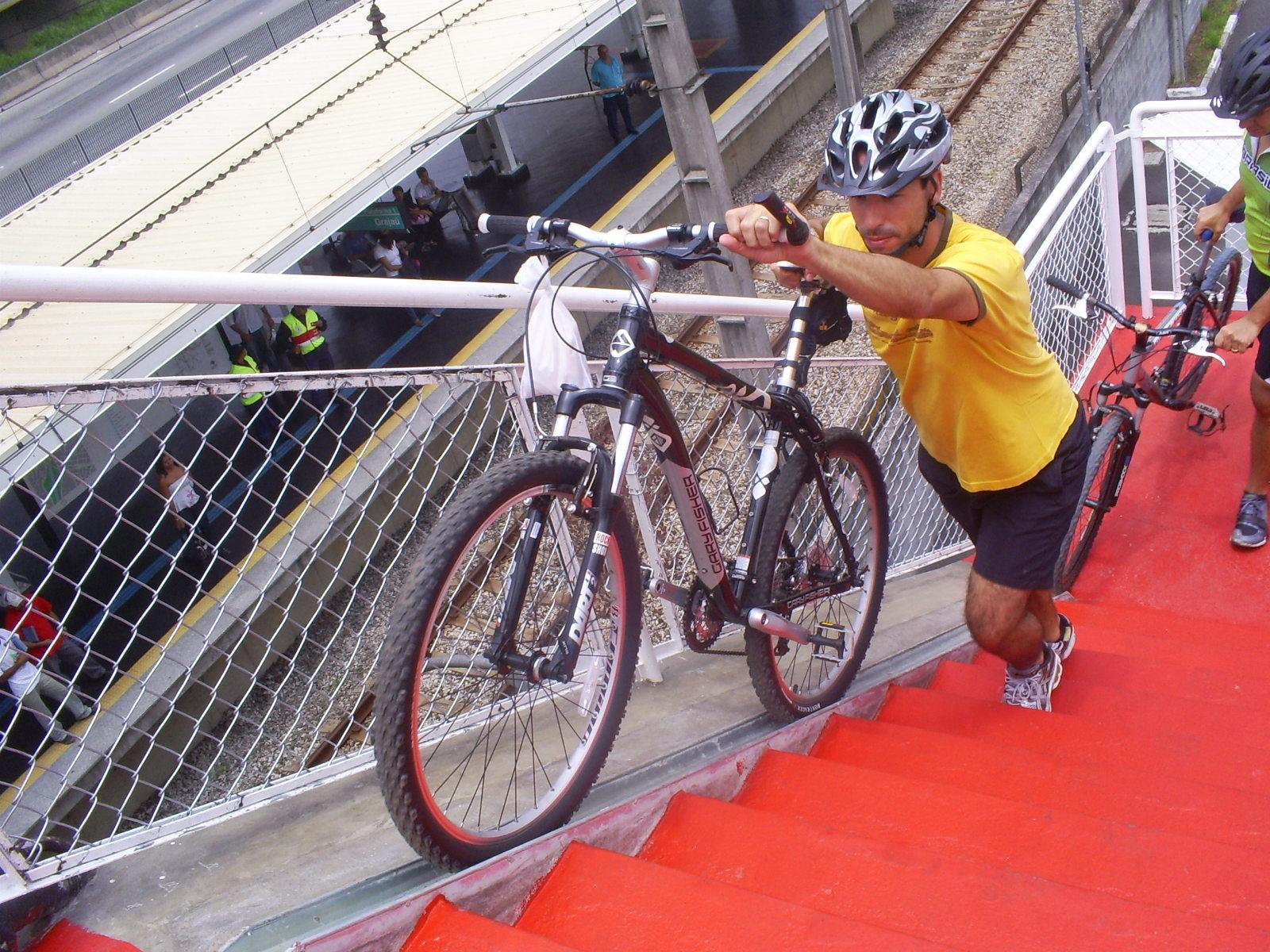 Canaletas facilitam acesso de ciclistas às passarelas (FOTO: Reprodução/Sampa Bike Tour)