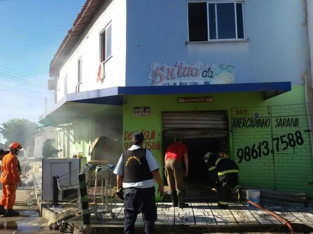 Homem prende a esposa, troca tiros com a polícia e morre após atear fogo em comércio